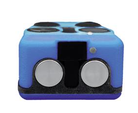 Bildbeschreibung: Auf der Vorderseite der blauen Fledermaus sind die Ultraschall- und Infrarot-Sensoren deutlich sichtbar. Zwei kreisrunde metallische Abdeckungen schützen die Ultraschall-Sensoren rechts und links im Gehäuse. Dazwischen befinden sich auf einem schwarzen Rechteck-Feld die Infrarotsensoren, die sich leicht aus dem Gehäuse wölben.